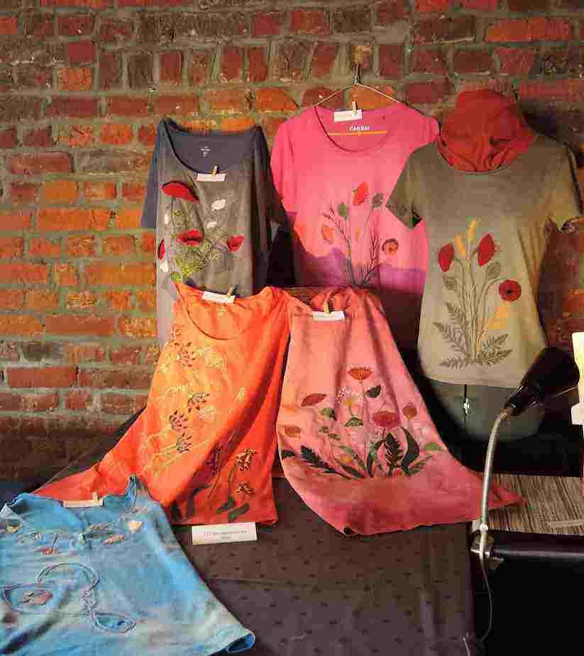 Atelier 12 - Décoloration et fleurs appliquées sur T-shirt